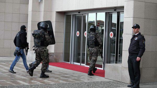 Турецкий спецназ у входа в здание суда, где в заложники был захвачен прокурор