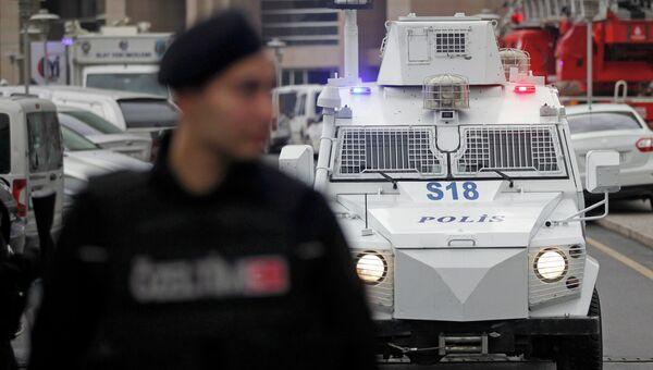 Машина турецкого спецназа у здания суда, в котором находится захваченный в заложники прокурор