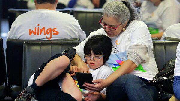 Мама с ребенком с аутизмом