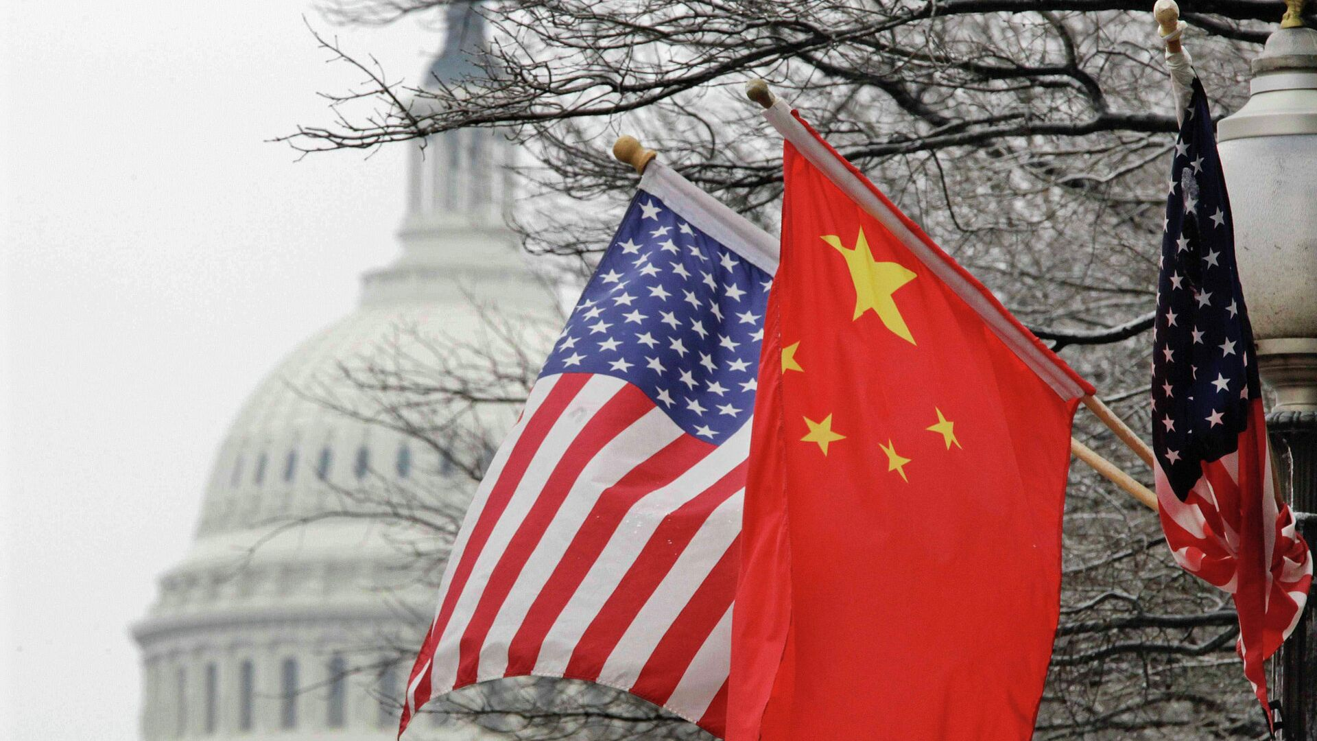 Флаги США и Китая на фоне здания Конгресса США в Вашингтоне - РИА Новости, 1920, 18.06.2020