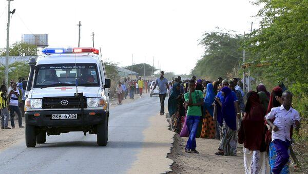 Скорая помощь вывозит пострадавших при нападении группировки Аш-Шабаб