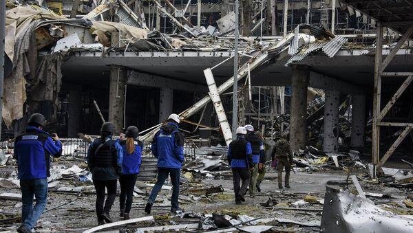 Наблюдатели ОБСЕ в разрушенном здании аэропорта Донецка. Архивное фото