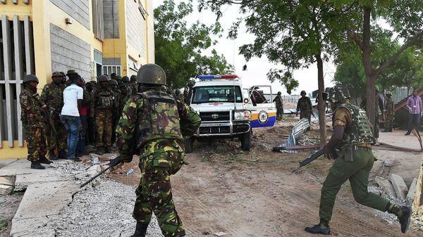 Кенийские военные недалеко от места нападения на университетский кампус в городе Гарисса. Архивное фото