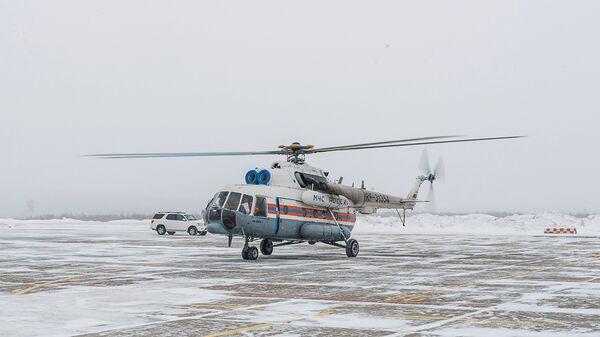 Вертолёт МИ-8 МЧС России в аэропорту Магадана