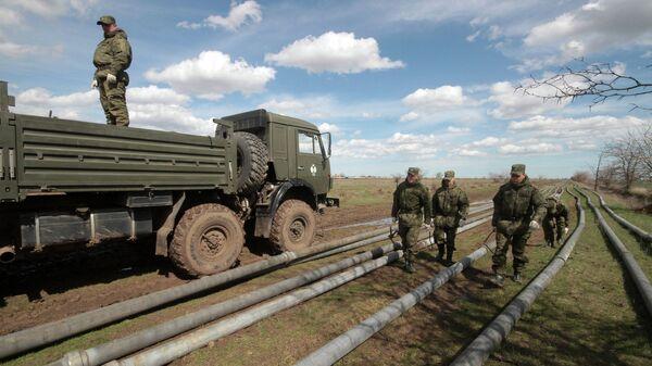Военнослужащие выполняют работы по прокладке трубопровода от Северо-Крымского канала