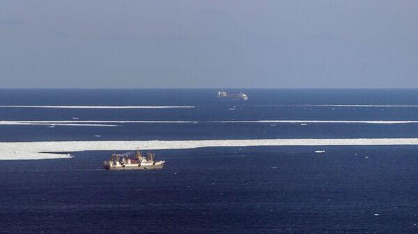 Вид из самолёта МЧС РФ Бе-200 во время поисково-спасательной операции в районе крушения траулера Дальний Восток в Охотском море