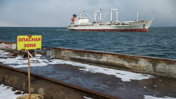 Судно Андромеда, доставившее выживших моряков и тела погибших членов экипажа с затонувшего траулера Дальний Восток, в порту Корсакова.