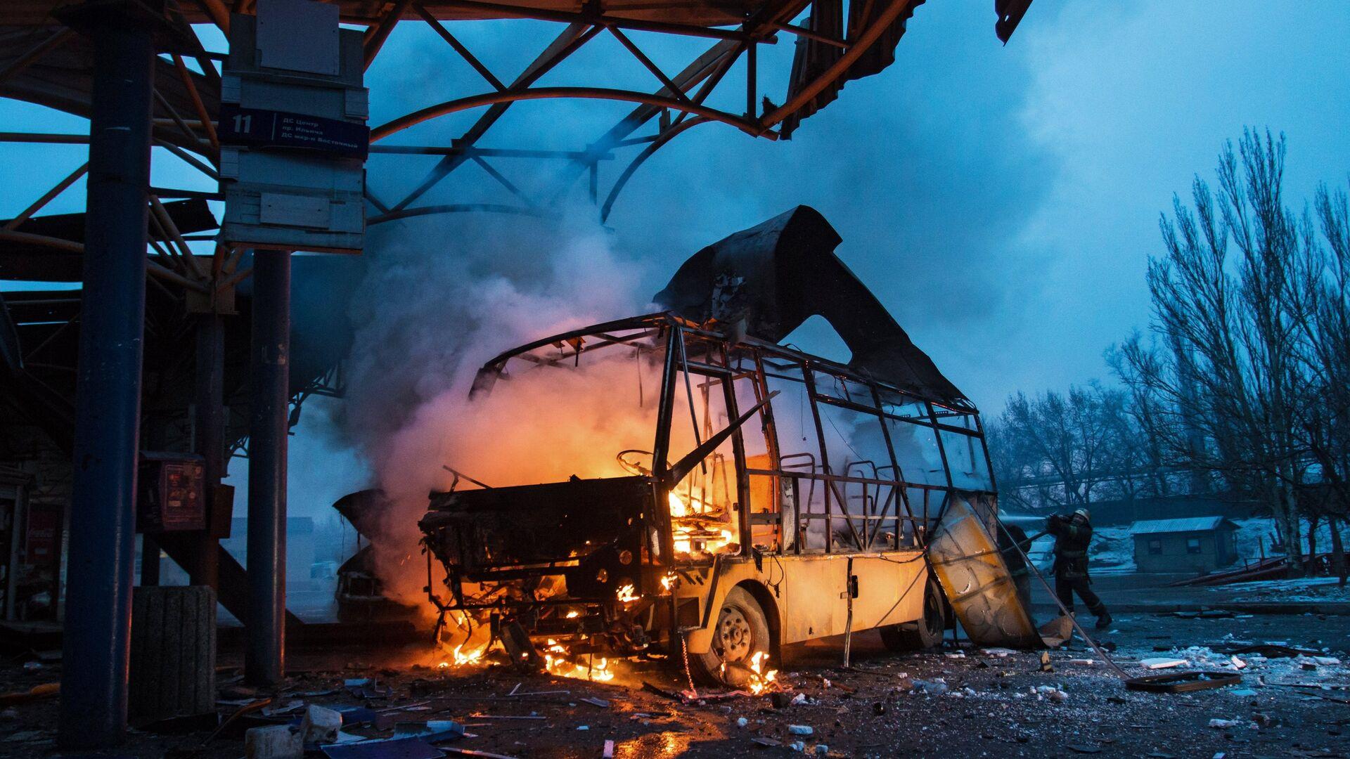 Автобус, поврежденный в результате обстрела, на автостанции в городе Донецке - РИА Новости, 1920, 11.12.2020