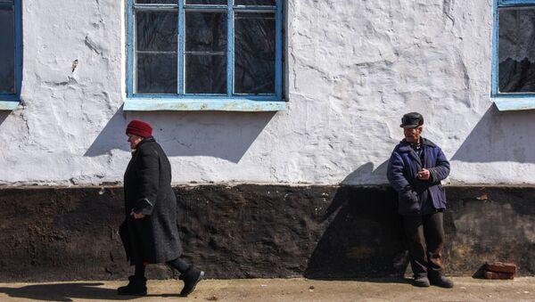 Местные жители в деревне недалеко от Углегорска. Архивное фото
