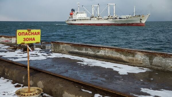 Судно Андромеда, доставившее выживших моряков и тела погибших членов экипажа с затонувшего траулера Дальний Восток, в порту Корсакова