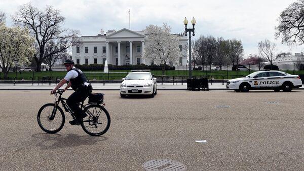 Сотрудник американских спецслужб на велосипеде перед зданием Белого дома в Вашингтоне. Архивное фото