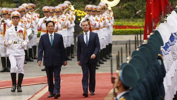 Премьер-министр России Дмитрий Медведев и премьер-министр Вьетнама Нгуен Тан Зунг  во время церемонии встречи в президентском дворце. Ханой, Вьетнам