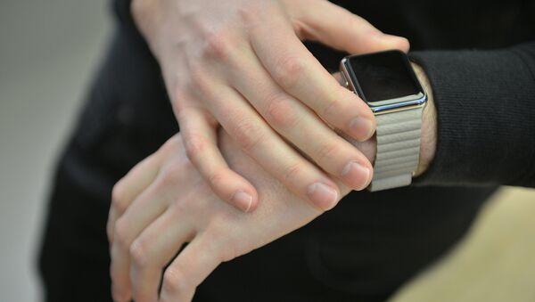 Покупатель примеряет часы Apple во время демонстрации в одном из Apple Store, Сидней. Архивное фото