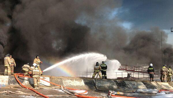 Сотрудники пожарной службы МЧС во время тушения пожара в Ангарском районе Иркутской области. Архивное фото