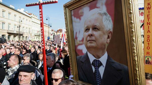 Люди с портретом Леха Качиньского во время мемориальных мероприятий, посвященных годовщине авиакатастрофы Ту-154 М под Смоленском. Варшава, Польша