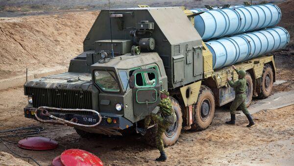 Разворачивание зенитно-ракетной системы С-300. Архивное фото
