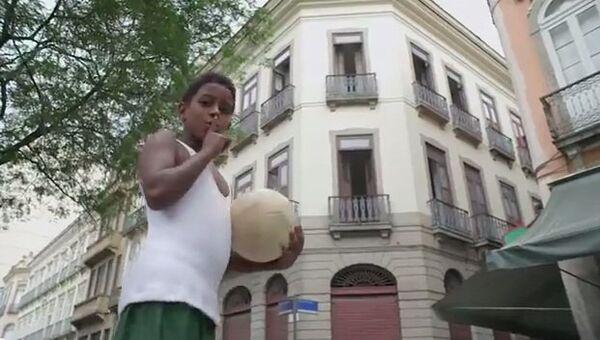 Футболисты-шутники, или Как развлекаются самые юные жители Рио