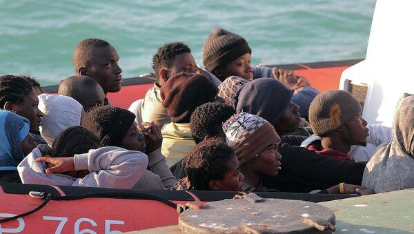 Нелегальные мигранты, спасенные после крушения судна в водах Ливии, на лодке береговой охраны Италии. Архивное фото