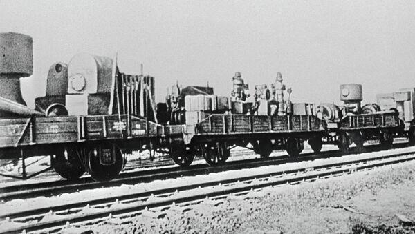 Поезд с оборудованием эвакуируемого завода идет на Восток