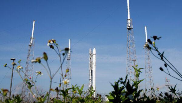 Ракета Falcon 9 SpaceX готова к очередной попытке запуска, мыс Канаверал, штат Флорида. 14 апреля 2015