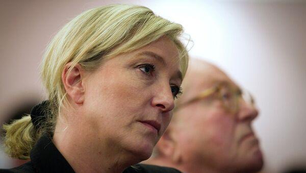 Лидер Национального фронта Марин Ле Пен и ее отец Жан-Мари Ле Пен. Архивное фото
