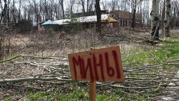 Табличка с надписью мины в пригороде Донецка. Архивное фото