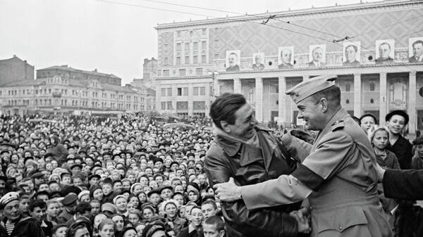 Встреча американских союзников на митинге в Москве на площади Маяковского 9 мая 1945