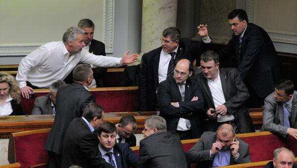 Лидер националистической партии Свобода Олег Тягнибок (справа на дальнем плане) на внеочередном заседании Верховной Рады
