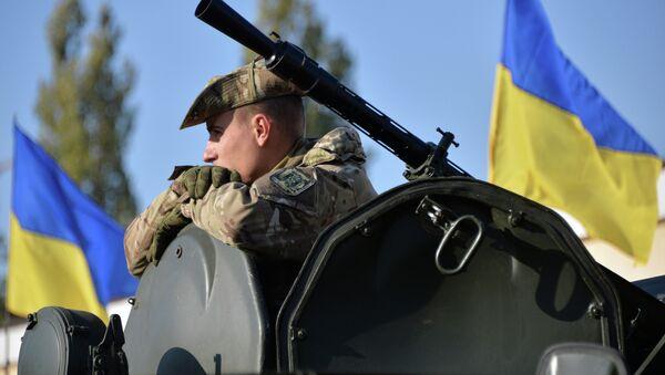Украинский военнослужащий на военной базе в пригороде Киева. Архивное фото