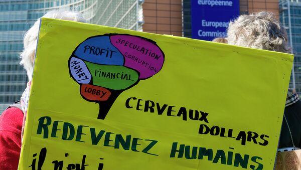 Участники брюссельской акции протеста против соглашений о трансатлантической торговле в Европе