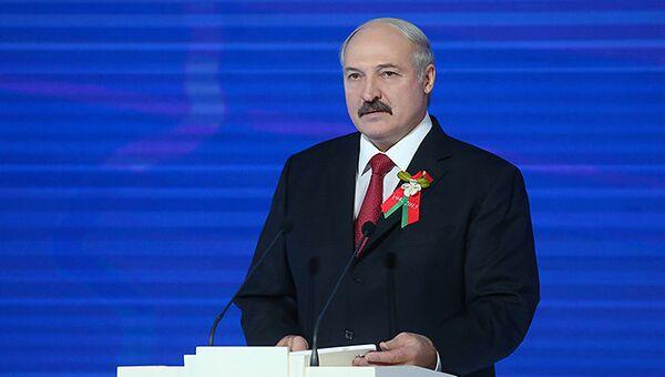 Президент Республики Беларусь Александр Лукашенко с символом акции Цветы Великой Победы. Архивное фото