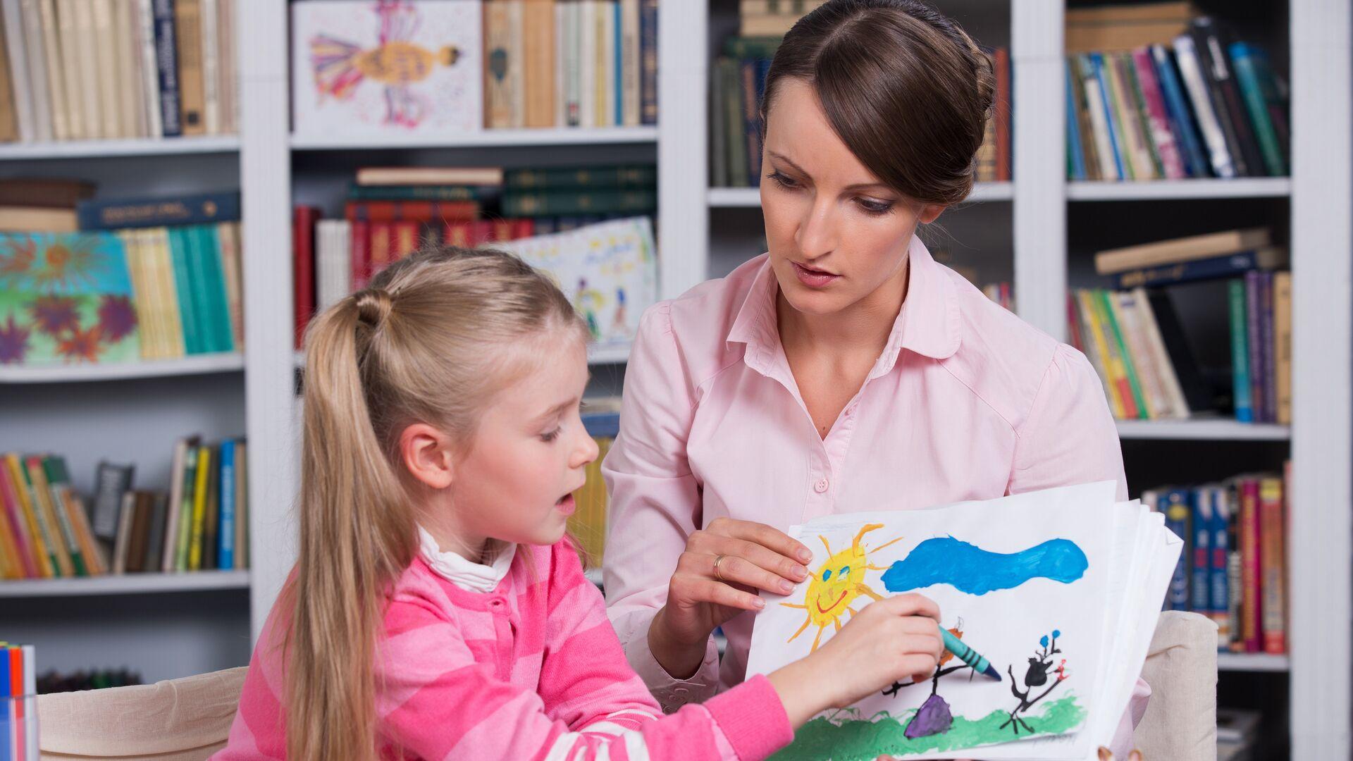 Детский психолог работает с ребенком - РИА Новости, 1920, 11.10.2021