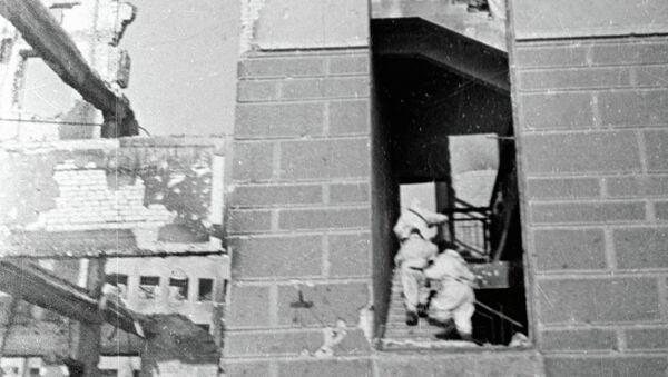 Советские солдаты ведут бой на улицах Сталинграда. Архивное фото