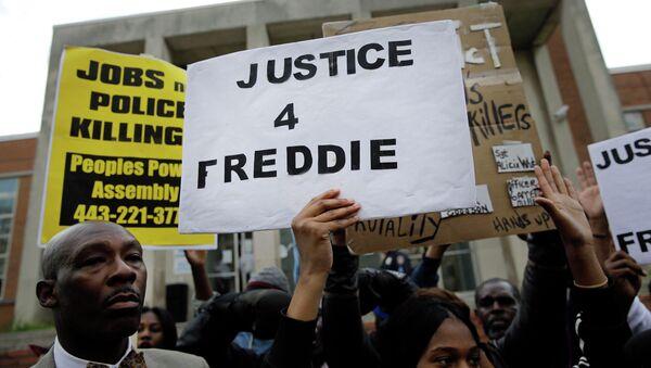 Акция протеста перед зданием полиции в Балтиморе в связи гибелью афроамериканца Фредди Грея