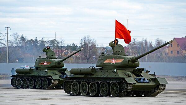 Танки Т-34-85 на полигоне в Алабино во время совместной тренировки пеших и механизированных колонн к Параду Победы