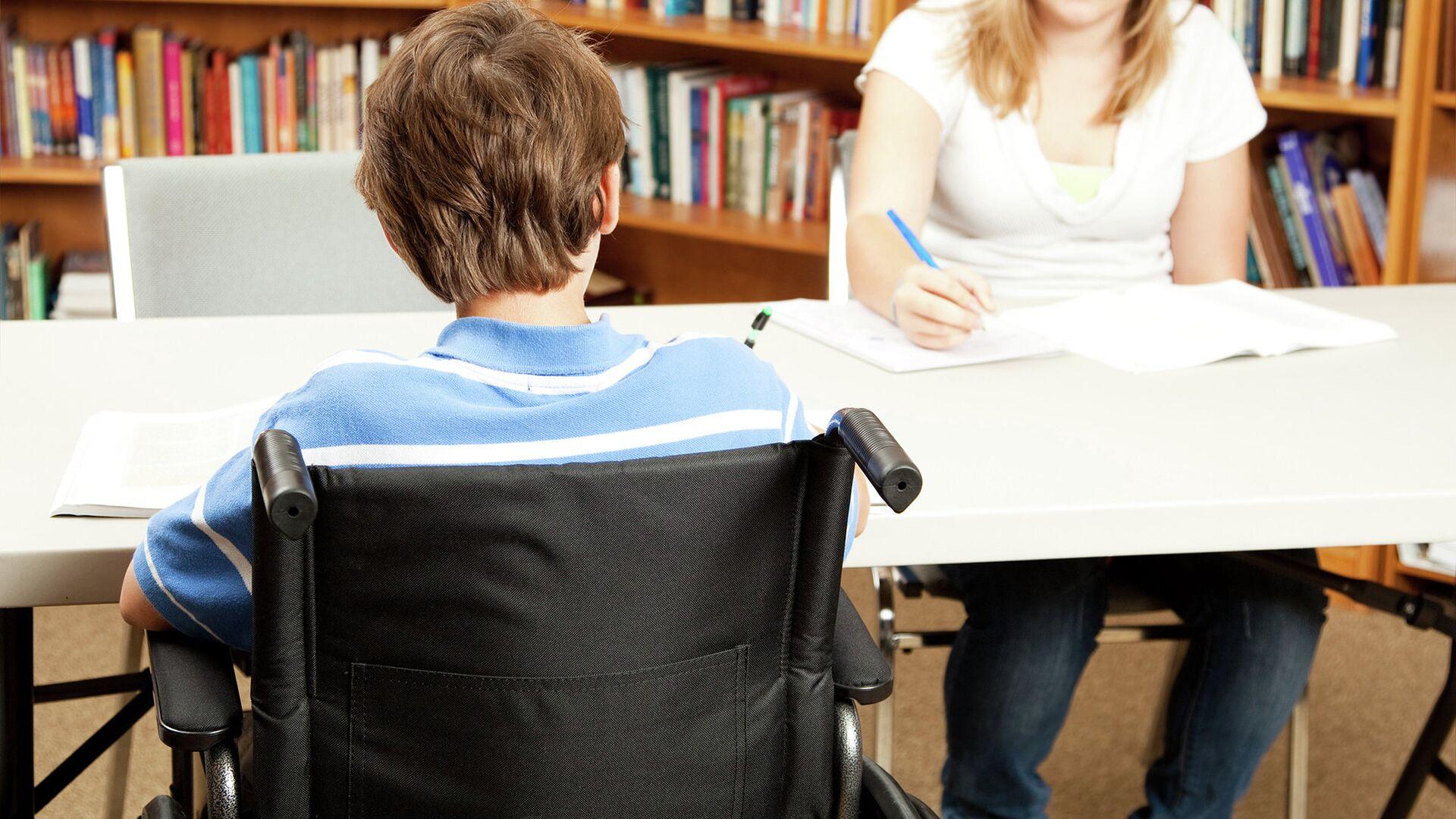 Ребенок с ограниченными возможностями в школьной библиотеке - РИА Новости, 1920, 02.08.2021