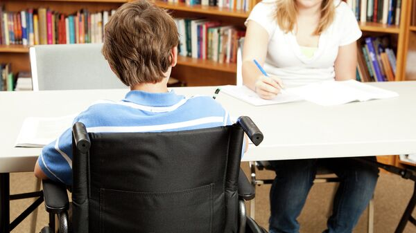 Ребенок с ограниченными возможностями в школьной библиотеке