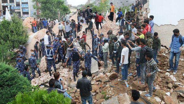 Спасатели извлекают тела из-под завалов в Катманду, Непал. Архивное фото