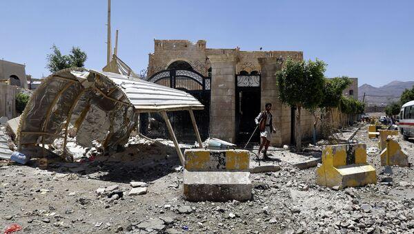 Дома в одном из районов города Саны, разрушенные в результате авиаудара коалиции арабских стран во главе с Саудовской Аравией. Архивное фото
