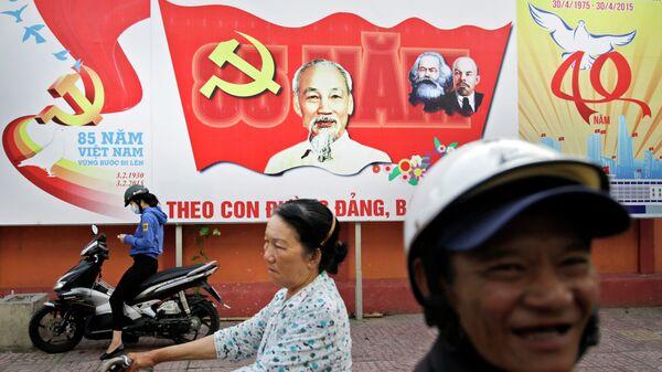 Баннер с изображением Хо Ши Мина, Карла Маркса и Владимира Ленина на улице Хошимина, Вьетнам