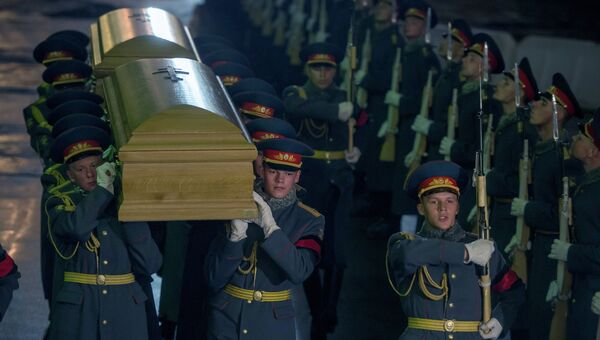 Солдаты роты почетного караула несут прах великого князя Николая Николаевича Романова (младшего), командовавшего русской армией в 1914 году, и его супруги великой княгини Анастасии Николаевны