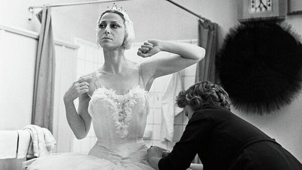 Народная артистка СССР Майя Плисецкая перед началом спектакля