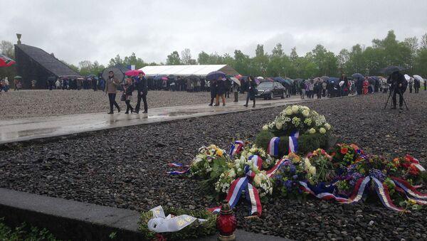 Цветы на месте, где находился один из бараков концлагеря Дахау
