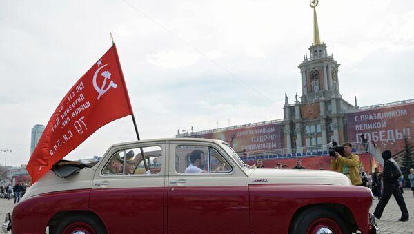 Автомобиль ГАЗ М-20 Победа во время старта мотопробега Марш знамени Победы в Екатеринбурге. Архив
