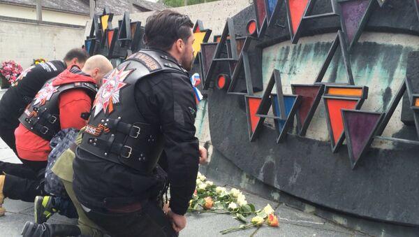 Ночные волки возложили цветы к монументу жертвам нацизма в концлагере Дахау