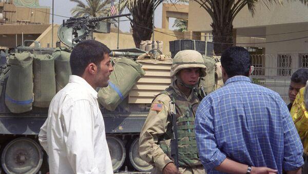 Иракцы и американский военный. Архивное фото