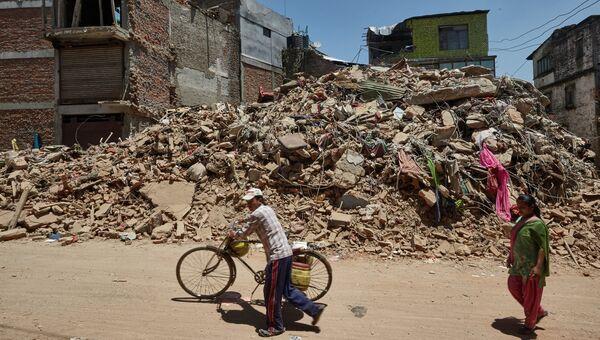 Местные жители на одной из улиц Катманду, разрушенной в результате землетрясения. Архивное фото