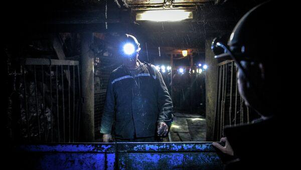 Шахтеры выходят из клети на шахте Глубокая в Шахтерске. Архивное фото