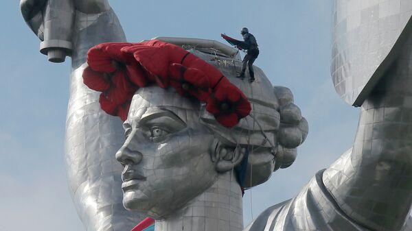 Установка венка из красных маков на монумент-скульптуру Родина-мать в Киеве