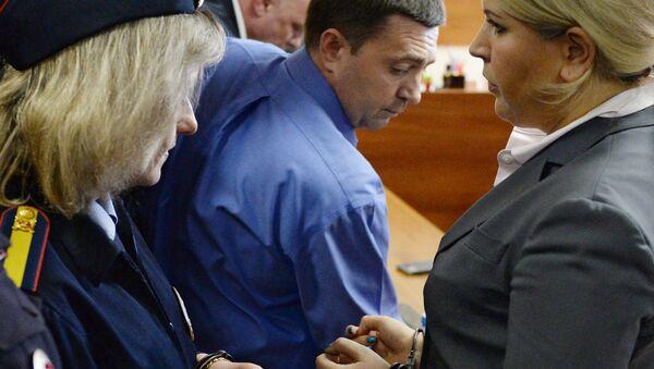 Сотрудники правоохранительных органов берут под стражу Евгению Васильеву. Архивное фото